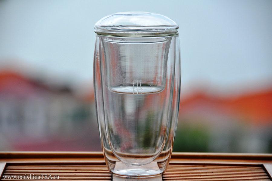 Большой стеклянный стакан, выполненный по технологии двойных стенок