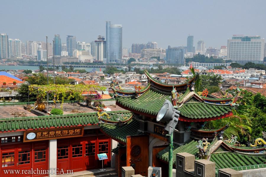 А сам Сямэнь - это такое место, где очень мирно соседствуют новое и старое, китайские традиции и западные веяния, большие деньги и нищета. Это самый комфортный город в Китае.
