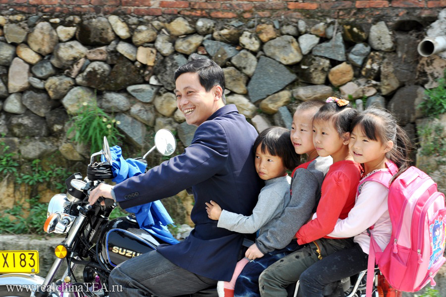Я никогда не перестану удивляться тому, откуда у простых и, в общем-то, очень небогатых деревенских китайцев столько внутреннего позитива. Я давно привык видеть пятерых человек на одном мотоцикле. Но, думаю, вас этот кадр должен удивить! )