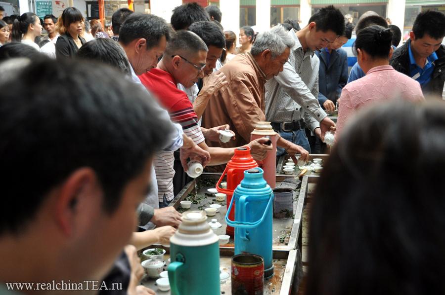 Невероятный ажиотаж на чайном рынке в Аньси. Тут все кипит. Тут эмоции бьют гейзером! Рассмотрите этот кадр внимательнее.