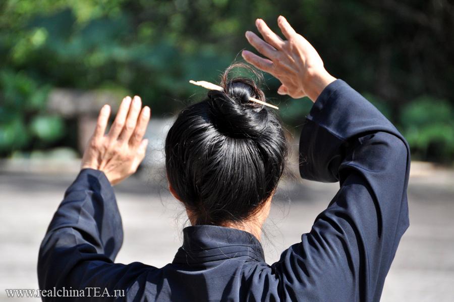 Даосский монах занимается практикой.