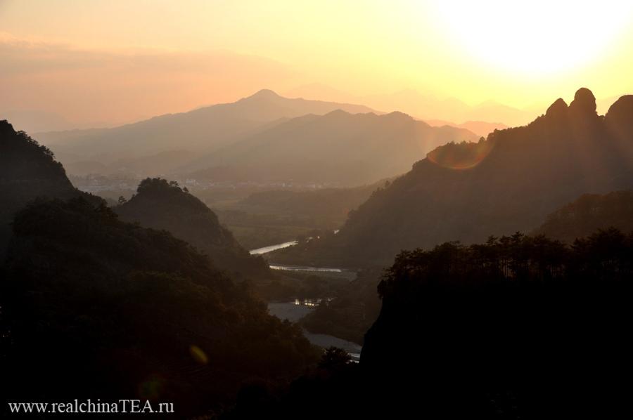 О! Это мой любимый кадр. Это закат, снятый с вершин уишаньских гор. Мне даже не верится, что я был там всего несколько дней назад.