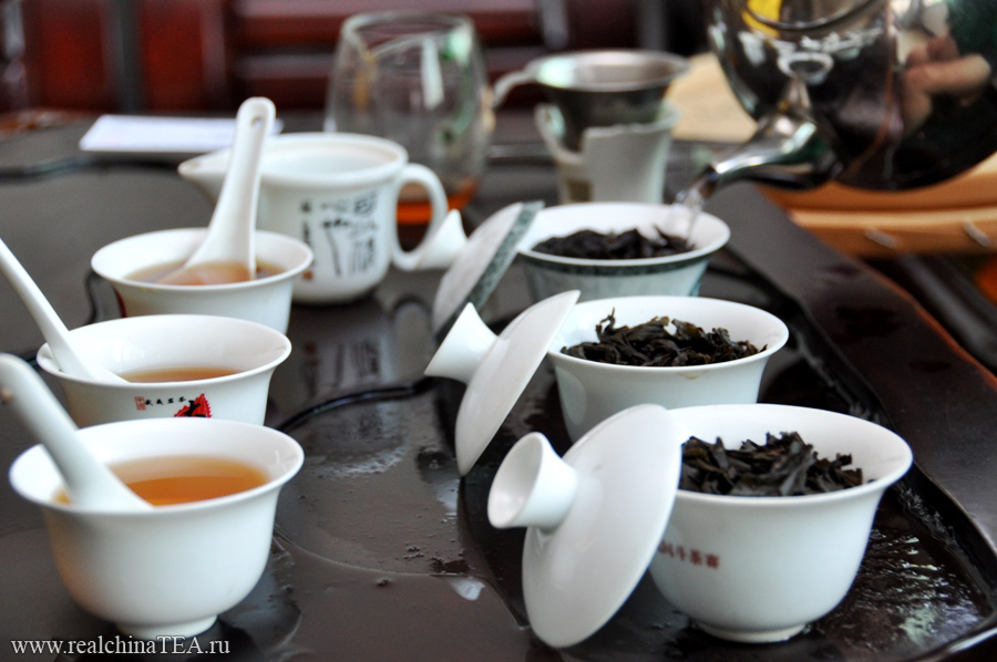 Дахунпао, Шуйсянь и Жоугуй - в сухом виде выглядят совершенно одинаково. Но кроме того, они очень похожи по вкусу и аромату. Не подготовленный человек не сможет поймать эту разницу.