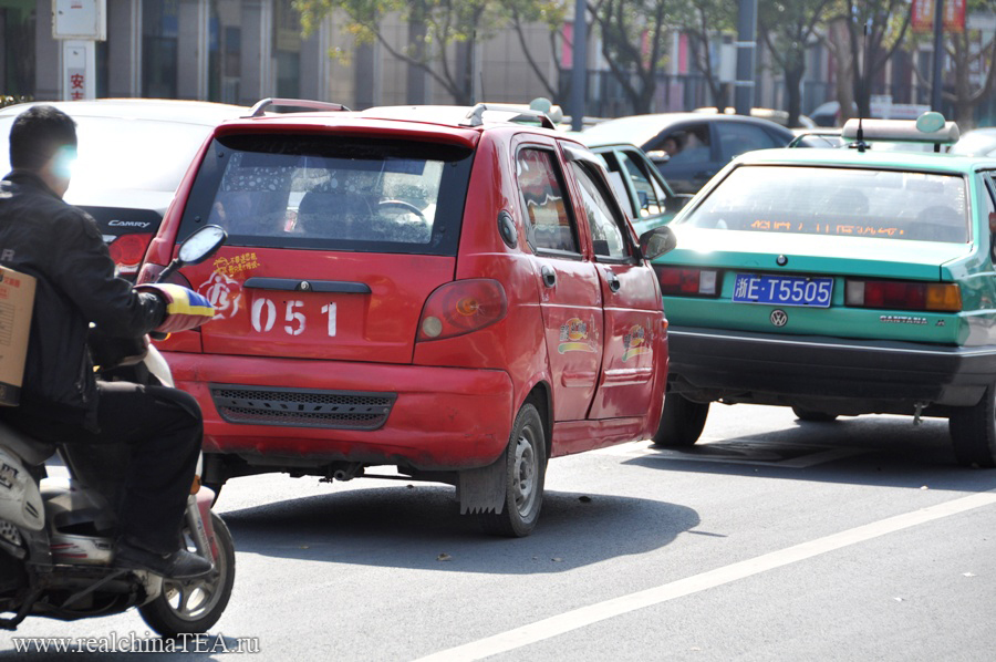 """По городу Аньцзи ездят удивительные автомобили. Это специальная китайская модификация """"Дэу Черри"""", сконструированная по принципу """"сегвэя""""."""
