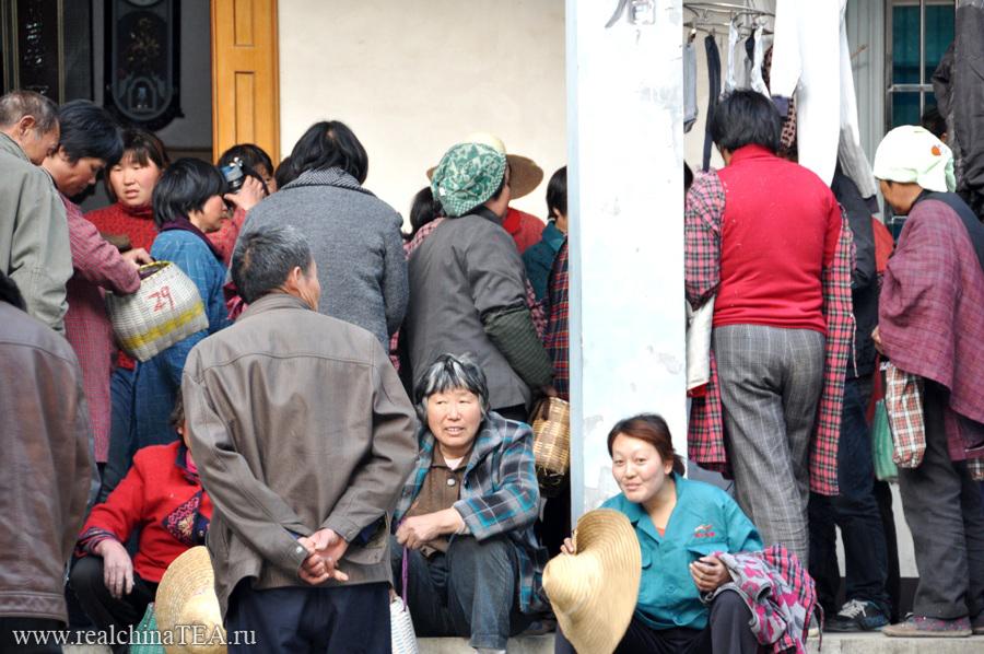 Ажиотаж возле дома фермера. Тетушкам необходимо до начала ужина взвесить и сдать весь тот чай, что они насобирали за день.