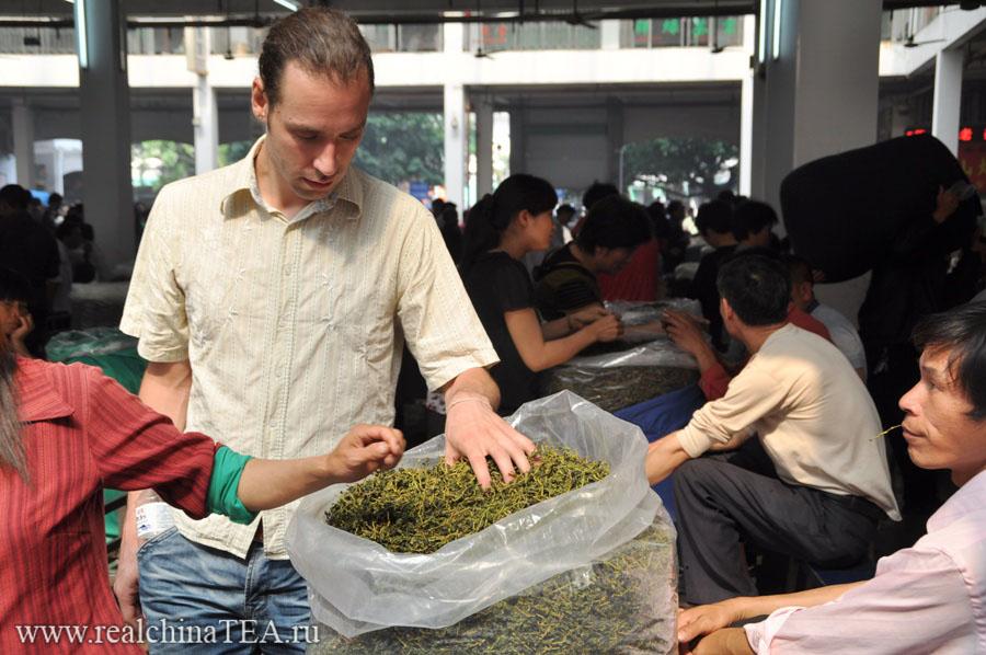 Григорий Потемкин www.realchinatea.ru на чайном рынке в Аньси, Китай.