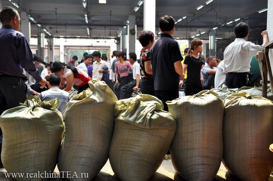 Готовый к отгрузке чай на рынке в Аньси