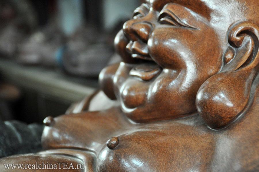 Веселый Будда на чайном рынке Аньси.