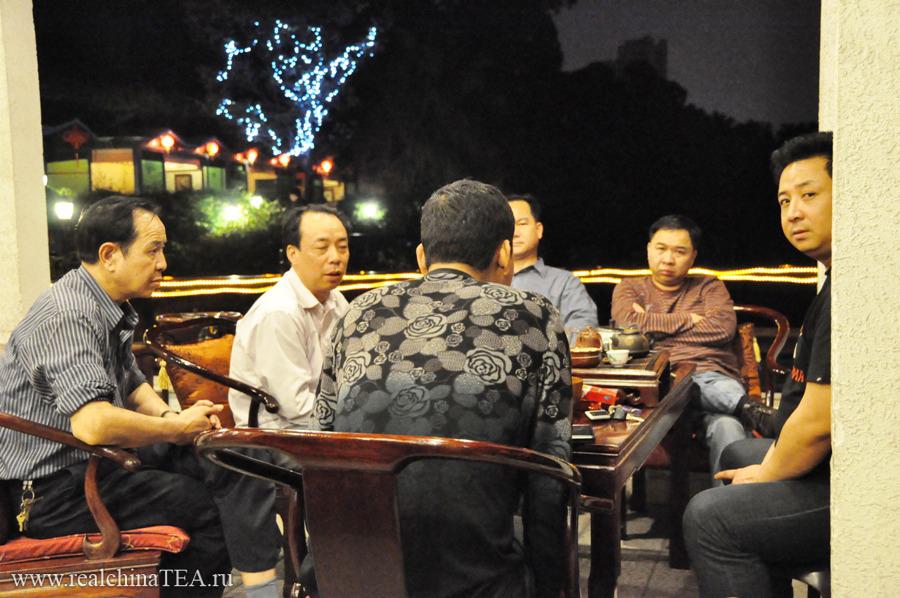 В такой чайной можно встретить кого угодно. Стоматолога, бизнесмена, политика, студента или туриста. Эти, с виду простые китайцы, приехали на двух представительских лимузинах.