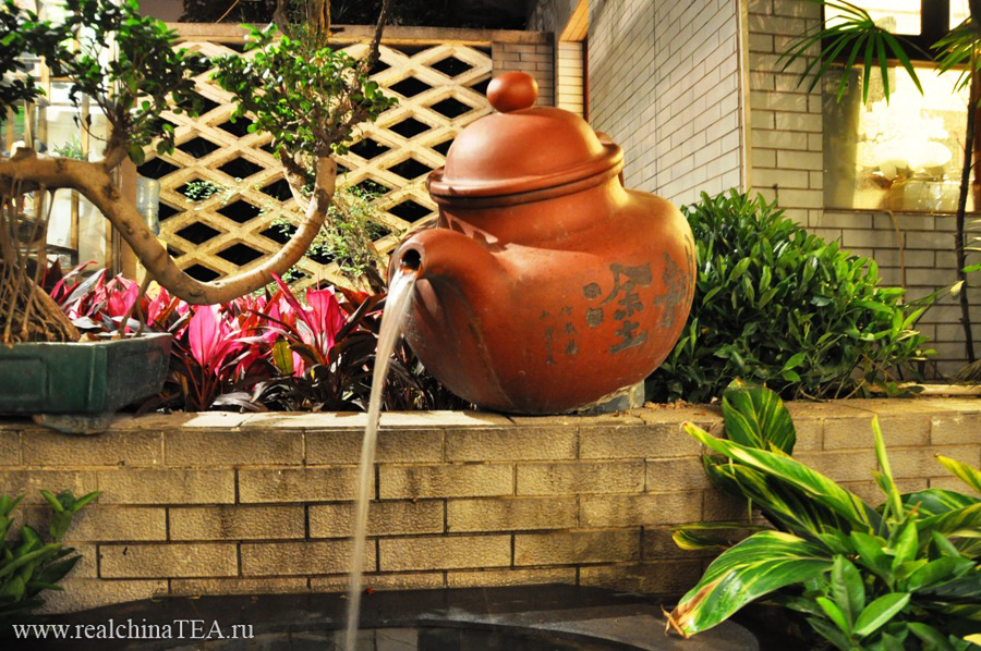 Большущий исинский чайник в качестве фонтана.