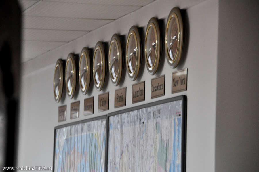 Этот снимок я сделал в дверной проем одного из международных отделов. Часы на стене отображают часовые пояса в различных странах мира.