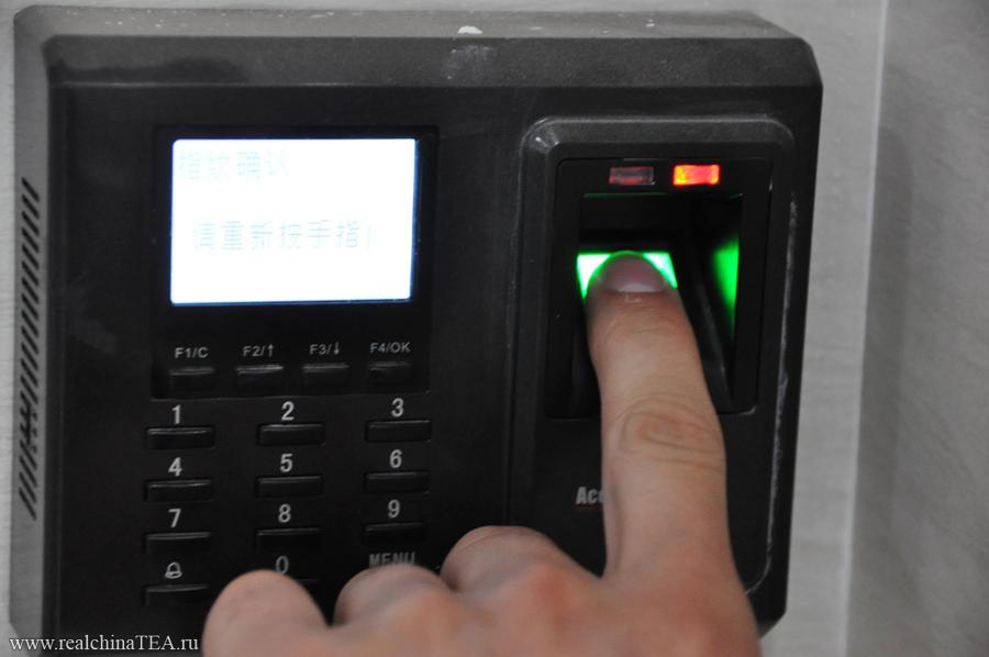 Пальчиковые дверные замки, работающие по скану отпечатка пальца.