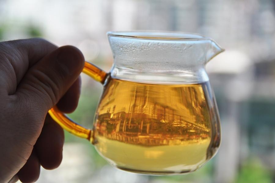 Если этот чай заваривать так, как заваривают местные жители в городе Чаочжоу, то вы получите сильнейшую концентрацию аромата, вкуса и терпкости. Но если его заварить классическим способом (6-7 граммов на пиалку), то это будет божественная симфония!