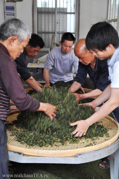 А это ручная обработка  элитного чая на одной из мануфактур в уезде Аньси. Такой чай готовят полностью вручную без использования инструмента. Но сейчас это встречается крайне редко.