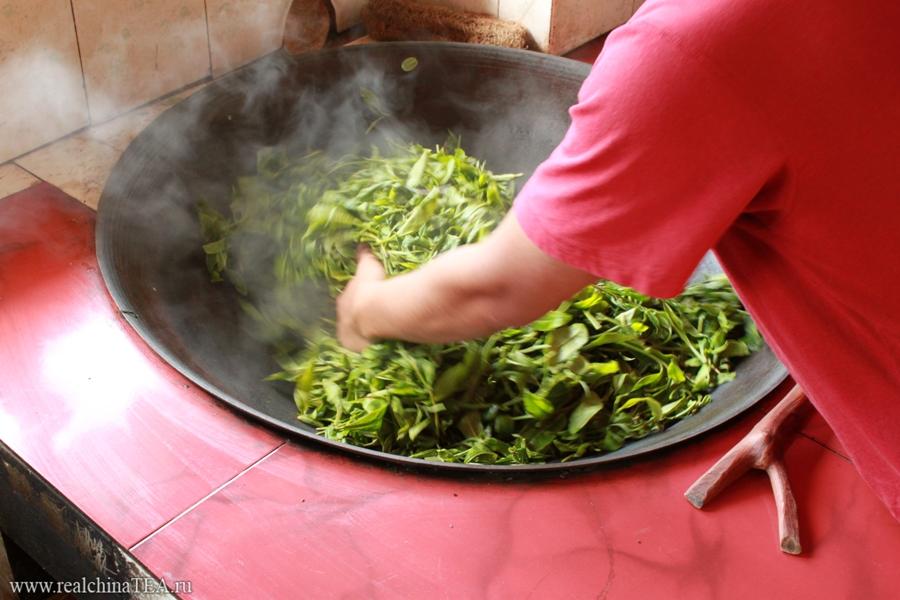 Так обрабатывают чайный лист для производства Пуэров в провинции Юньнань. Прежде чем отправить его на фабрику под пресс, лист сначала выкладывают на солнце, потом его мнут в горячем воке, потом опять выкладывают на солнце и так далее. На фабрику он попадает уже изрядно ферментированным.