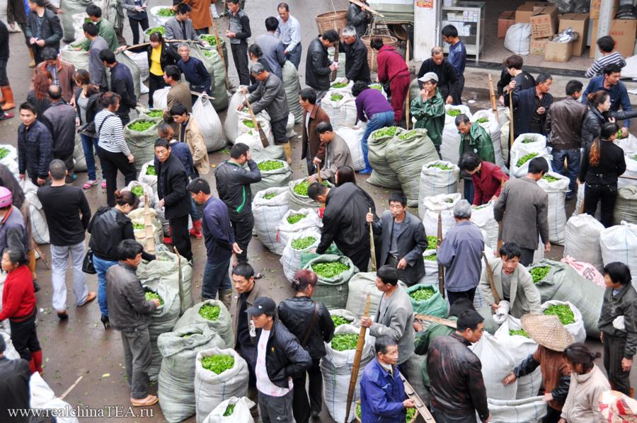 Так выглядит фудинский чайный рынок рано утром и немного сверху.