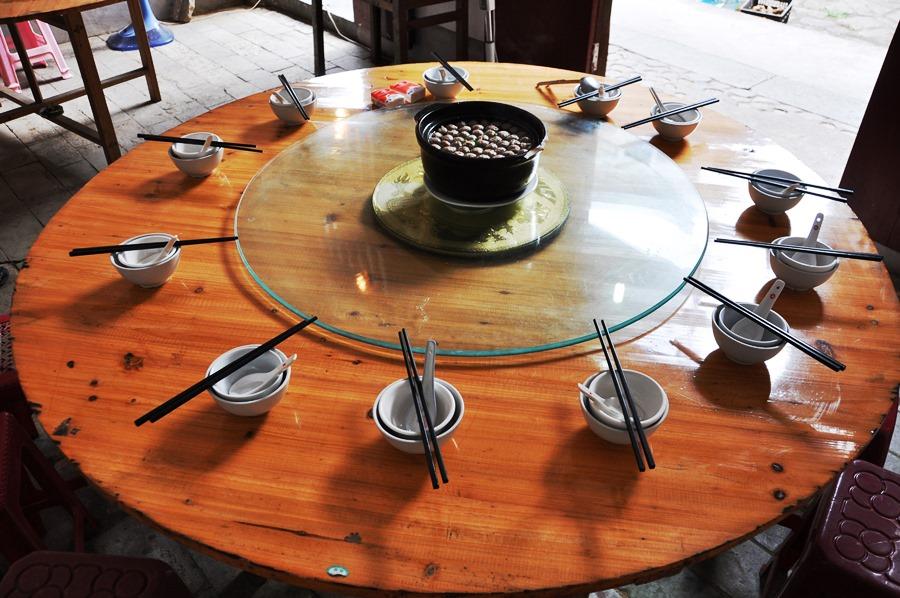 Мы едим простую деревенскую пищу. Через 5 минут этот стол будет заставлен тарелками, и тут будут сидеть 11 голодных лаоваев! )