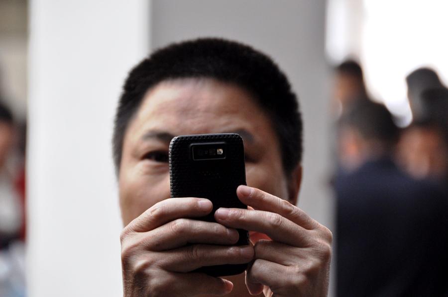 Китайцы в замешательстве от того, что на их рынке столько иностранцев. Они нас фотографируют не меньше, чем мы их. Уверен, все сегодняшние местечковые разговоры только и будут, что о группе белых, покупающих чай на рынке