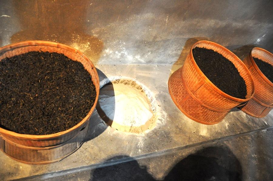 """В таких плетеных корзинах чай проходит долгий и спокойный процесс """"копчения"""" на древесном угле"""