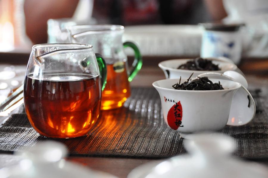 Это очень здорово - заваривать чай, который только что достали из теплой корзины