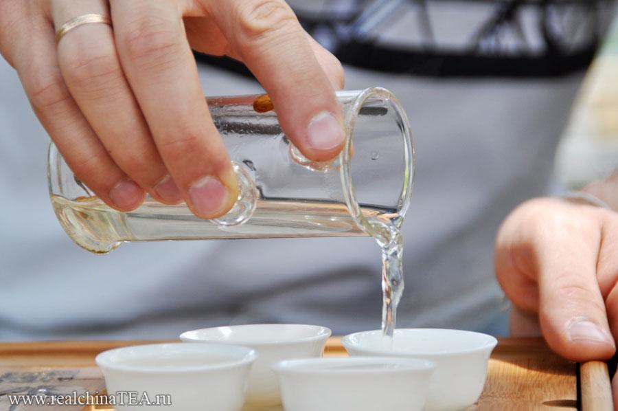 Разливаем чай по пиалкам