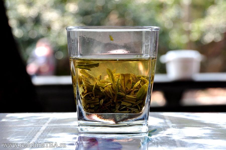 Если бы мне показали это где-то в другом месте, я бы сказал, что такой способ заварки противоречит вообще всему пониманию китайского чая. Но это происходит в самом сердце производства зеленых чаев - неподалеку от города Ханчжоу.