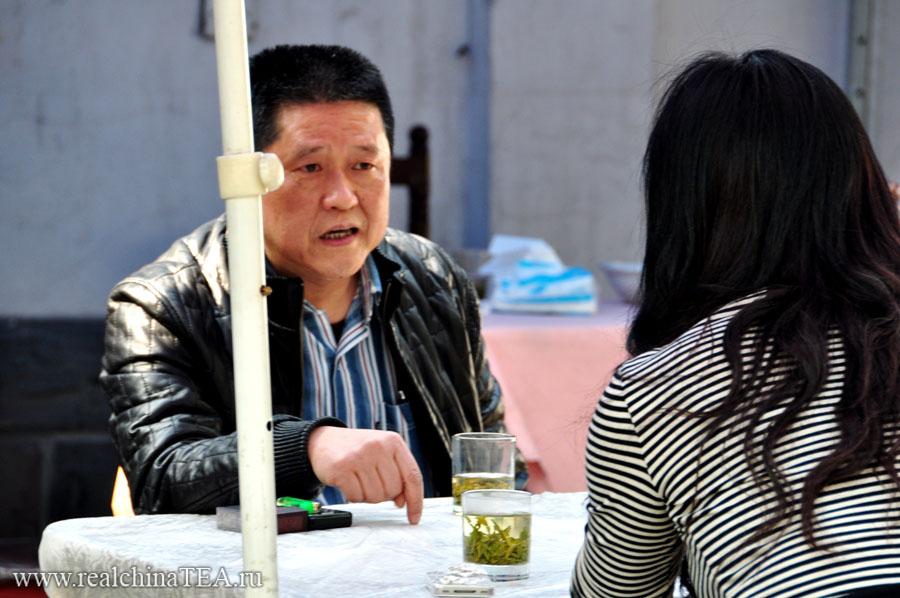 Обратите внимание, у них у всех на столах стоят обычные стеклянные стаканы с зеленым чаем на донышке. У этой пары, кстати, был очень серьезный разговор.