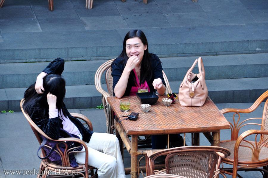 В кафе, в ресторанах, в чайных - везде и только так.