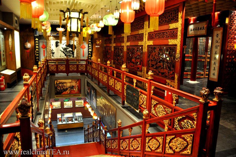 Интерьер чайной Лао Шэ просто очаровывает. Тут нужно обязательно погулять между этажами. Походить по комнатам. Посмотреть, как стильно и гармонично все спроектировано и организовано.