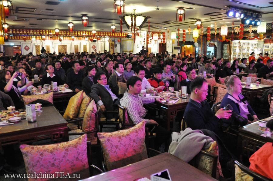 А вот так выглядит этот же зал уже во время представления. Кстати, стоимость билетов от 180 до 800 юаней, в зависимости от близости к сцене.