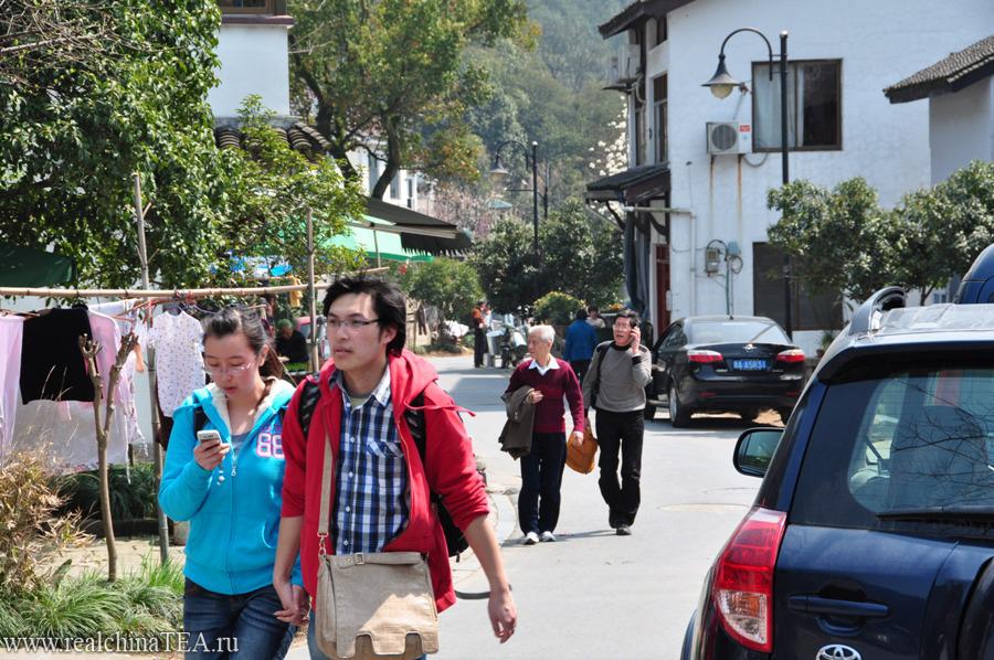 Сюда не зарастет народная тропа. ) Эта деревня привлекает любителей чая со всей страны. Именно она считается центром этой зеленой религии. Именно сюда ежедневно приезжают туристы затем только, чтобы попробовать свежий Лунцзин.