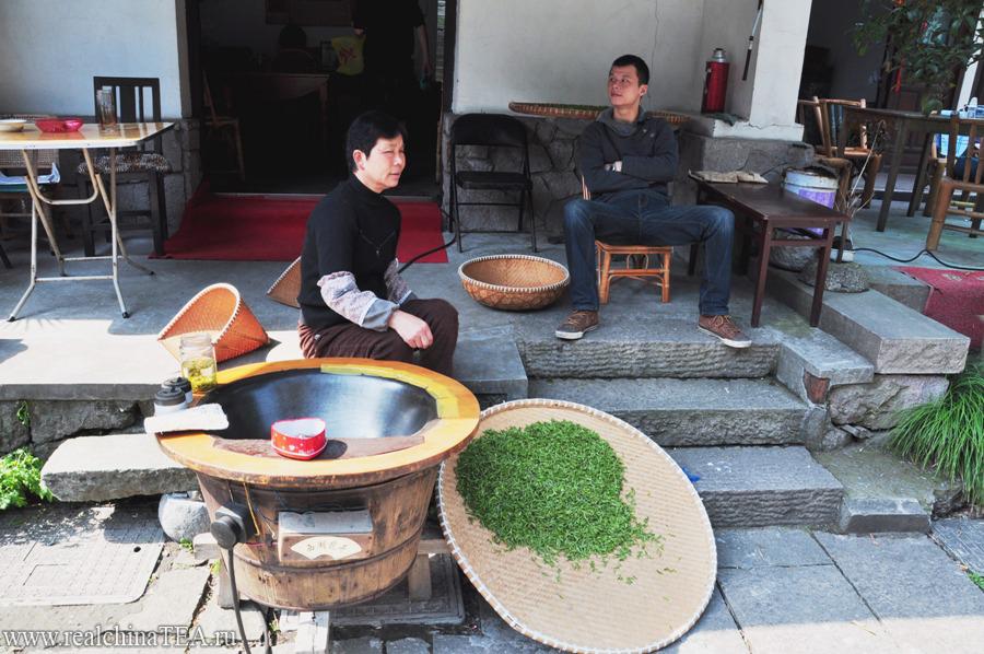 Вот так, под открытым небом, прямо с плетеных подносов только что приготовленный чай продается всем желающим.