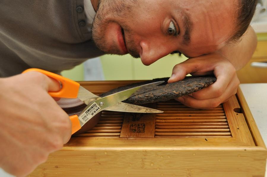 Монолитный блин Пуэра можно отлично разделать ножницами из Икеи. Григорий Потемкин.