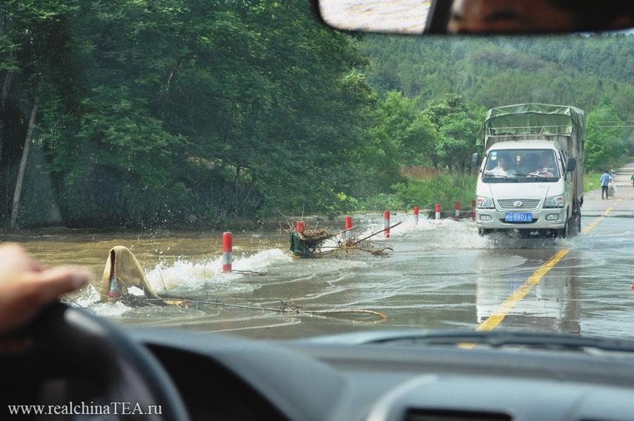 В это время года тут идут обильные дожди. Горные реки вспухают. И иногда вода даже поднимается выше уровня мостов!