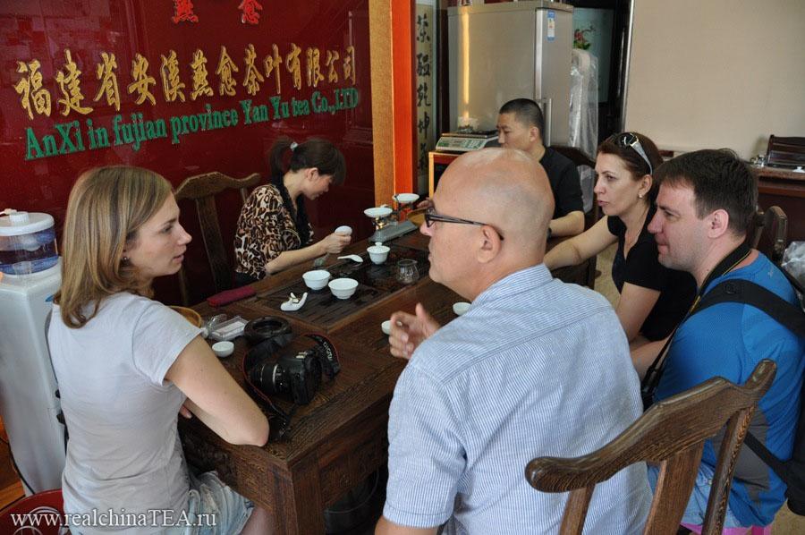 Дегустация чая в одном из магазинов Аньси. У нас было задание найти лучший в городе Тегуаньинь.  И мы его выполнили.