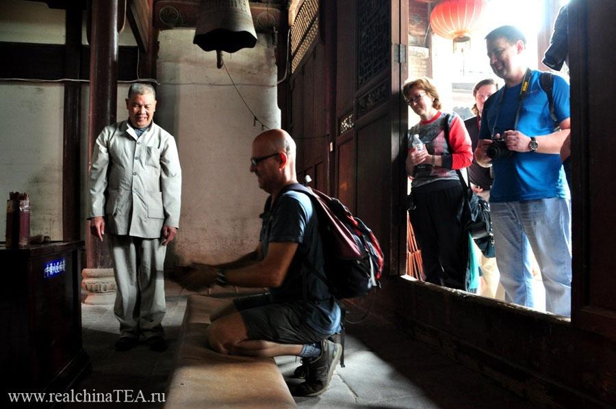 Игорь показывает, как правильно нужно гадать на костях в буддийском монастыре.