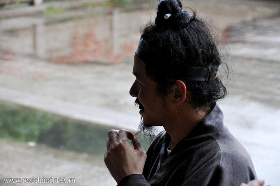Китайский доктор-монах. Он живет в монастыре и делает удивительные вещи с людьми.
