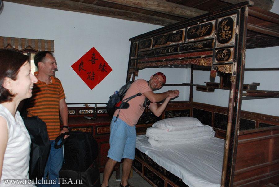 Старинная китайская деревянная кровать.