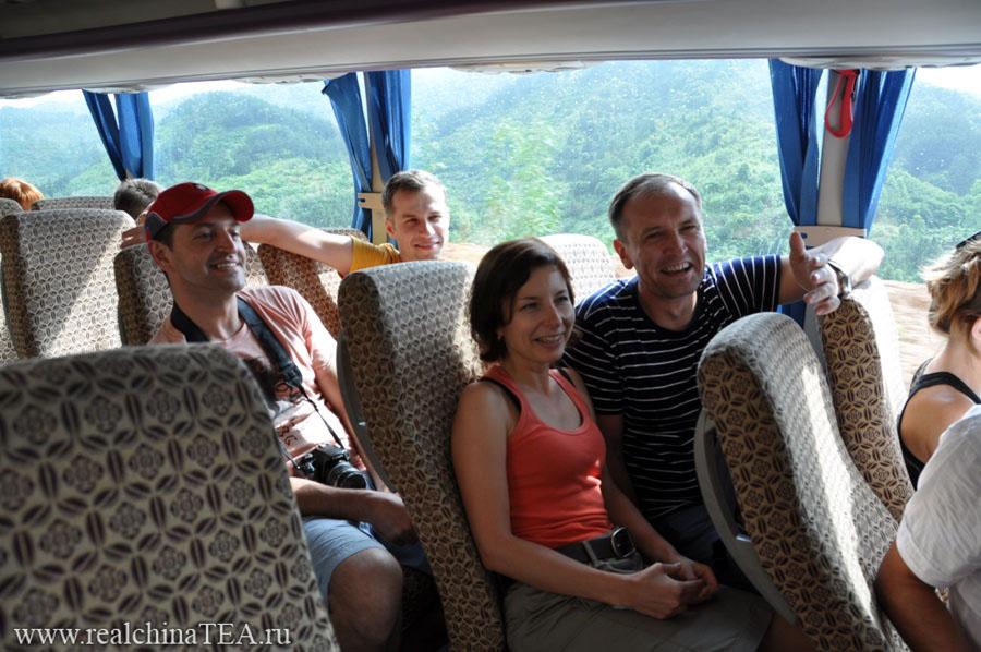"""В автобусе мы всегда играем в игру """"в контакте"""". Я не буду объяснять правила. Но игра очень клевая. Часы дороги пролетают только так..."""