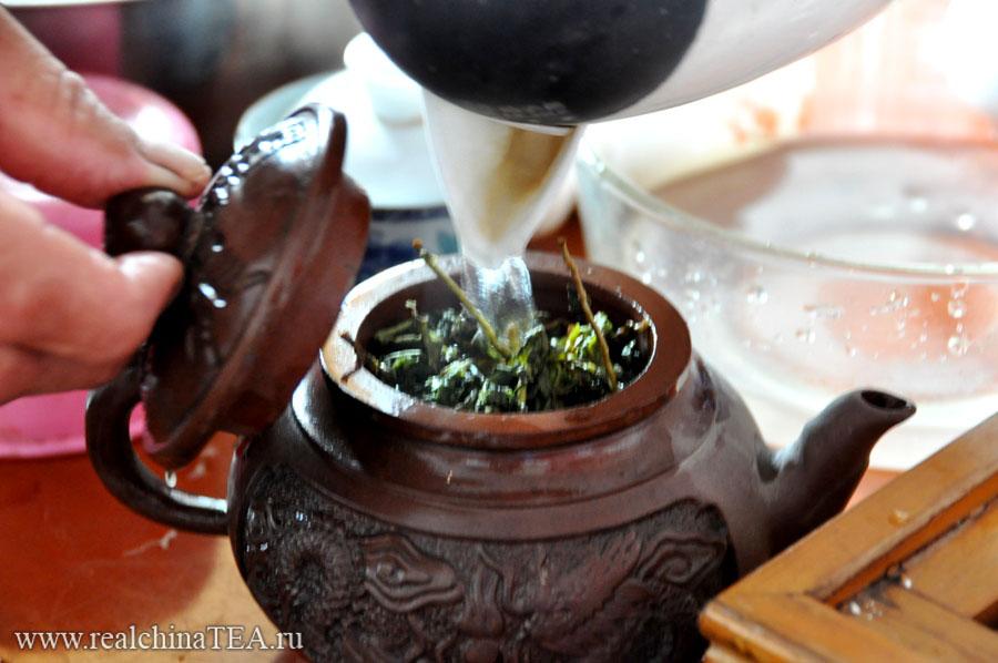 Местные китайцы очень просты по отношению к чаю. Тегуаньинь они заваривают вместе с черешками.