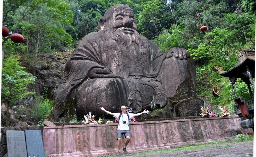 Это статуя Лао Цзы. А этот танцующий человек - это Игорь. Игорь - веселый. А Лао Цзы - очень большой. Чтобы понять, насколько он большой, найдите Наташу в правой части фото. А чтобы понять, насколько веселый Игорь - пообщайтесь с ним вживую.