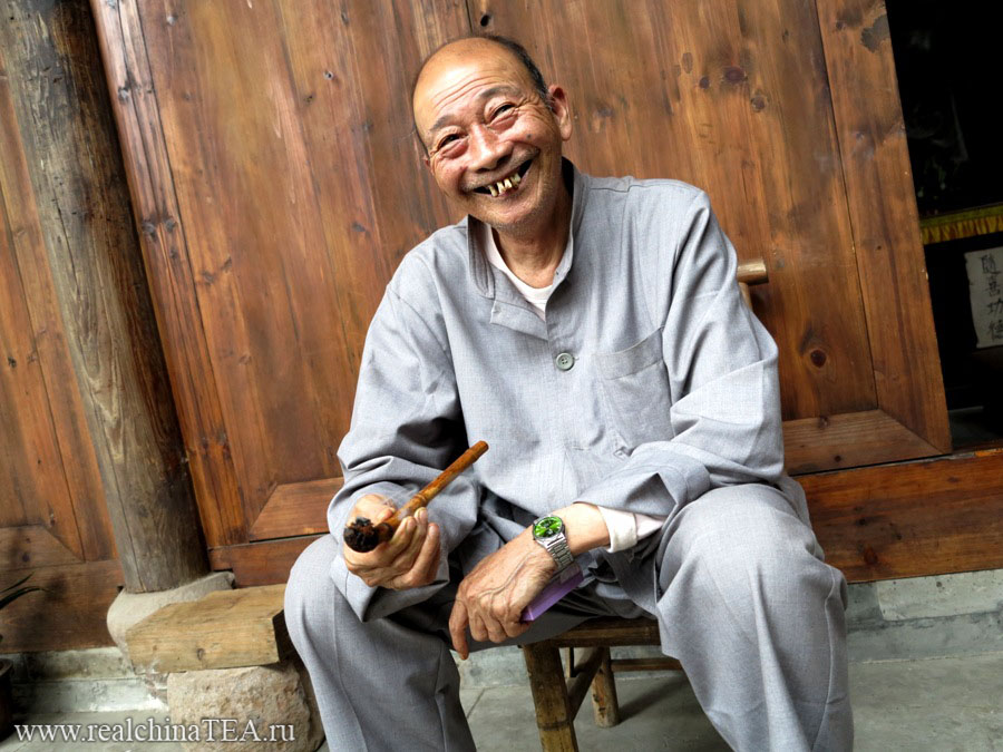 Веселый китайский дедушка давно понял эту жизнь.