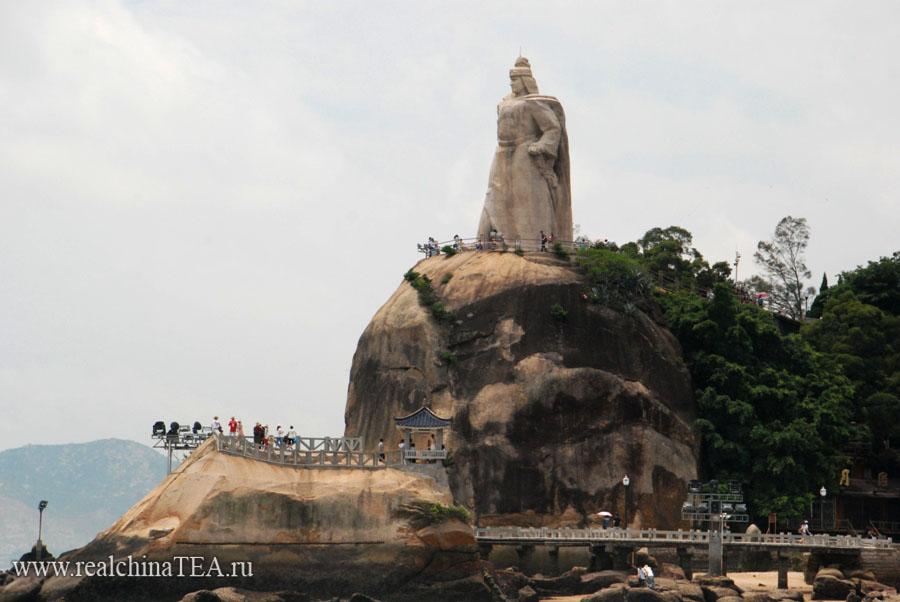 Остров Гуланью. Памятник известному китайскому герою-пирату.