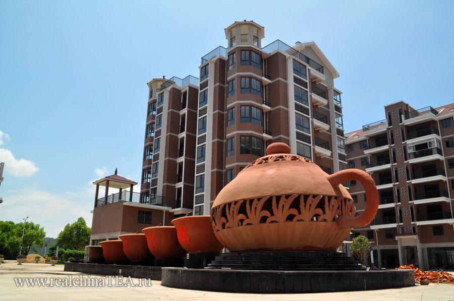 """Огромный фонтан в виде чайника с надписью """"Дахунпао"""". Вода выливается из носика чайника, а потом поочередно из одной большущей пиалки в другую."""