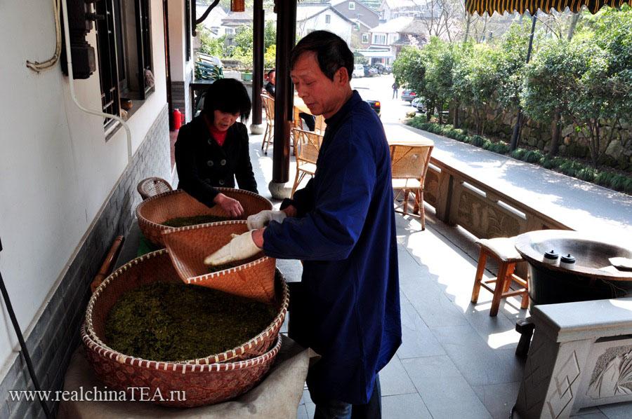 Чайный мастер готовит первый в этом году Лунцзин