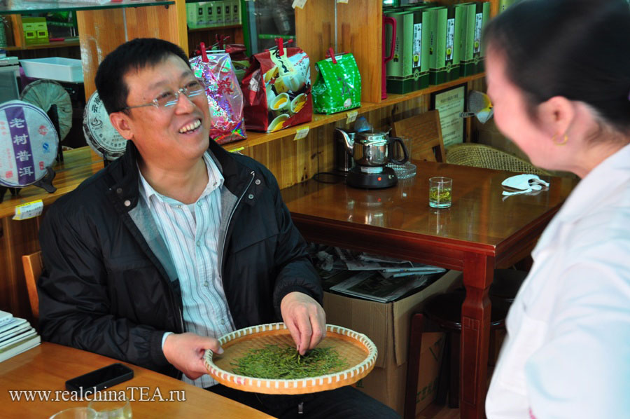 Покупка чая - это всегда весело. Оптовый закупщик на одном из чайных рынков. Этот китайский дядюшка очень терпеливо и долго учил меня, как отличать хороший Лунцзин от офигенного Лунцзиня.
