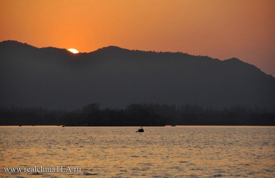 Закат на озере Сиху. Это знаменитое озеро в городе Ханчжоу. Считается одним из самых красивых озер Китая.