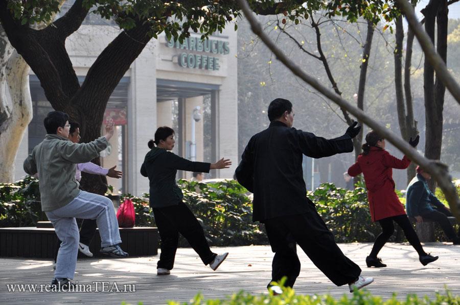 Раннее утро в Ханчжоу. 7-15. В это время на берег озера приходят утренние китайцы заниматься энергетическими практиками.