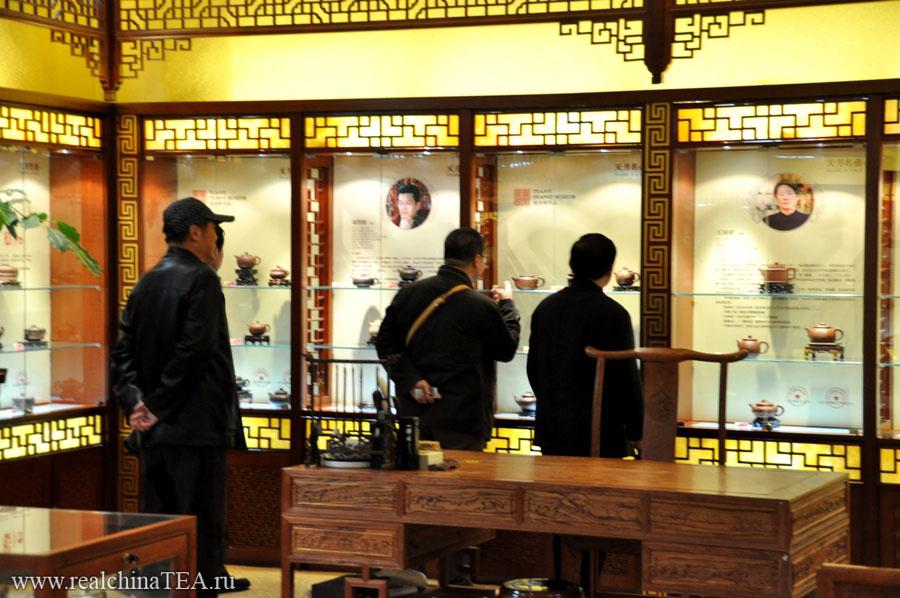 Эти ребята на моих глазах купили чайник за 48 000 юаней. Парни жгут! Я бы хотел познакомиться с человеком, которому они сделают этот подарок.