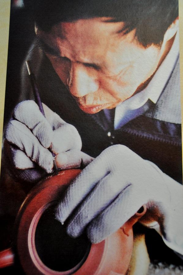 Известный китайский мастер по чайникам из исинской глины.